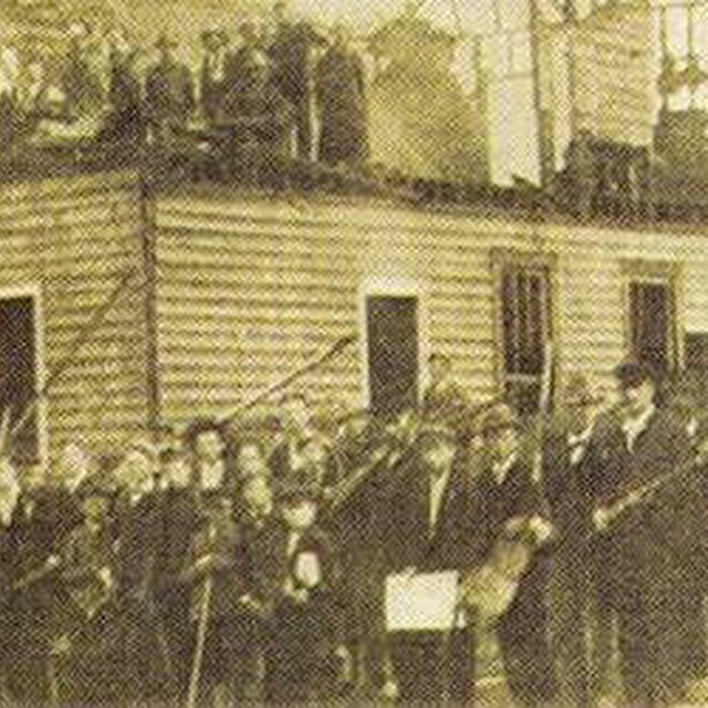 gathering white mob. Wilmington North Carolina riots1898