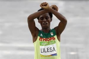 160822-olympics-ethiopia-protest-lilesa-gesture-0557_86ca07c76fa3c17a591afdca3ec836ed-nbcnews-ux-2880-1000